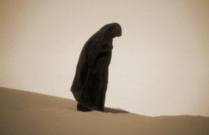 muslimanka klanja u pustinji
