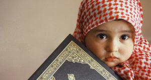 Mala muslimanka drzi Mushaf